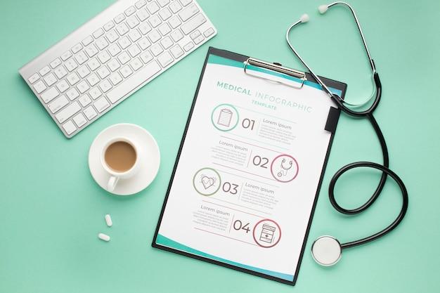 Medisch bureau met klembord en stethoscoop