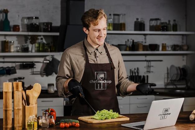 Medium geschoten chef-kok met laptop