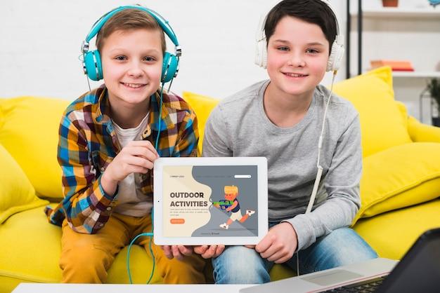 Medium shot jongensvriendschap met tablet