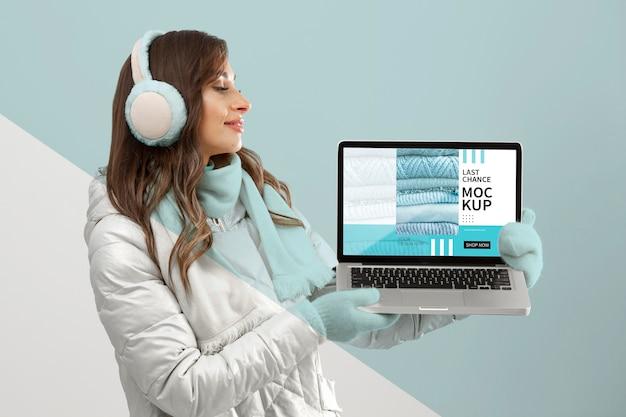 Medium shot model met laptop Premium Psd