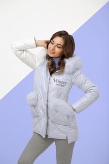 Medium shot model poseren met jasje