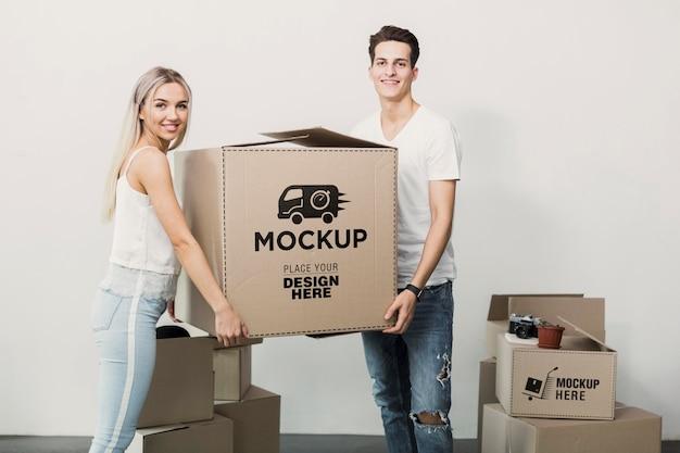 Medium shot paar bedrijf doos