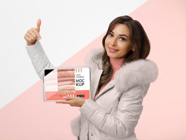 Medium shot smiley vrouw met tablet