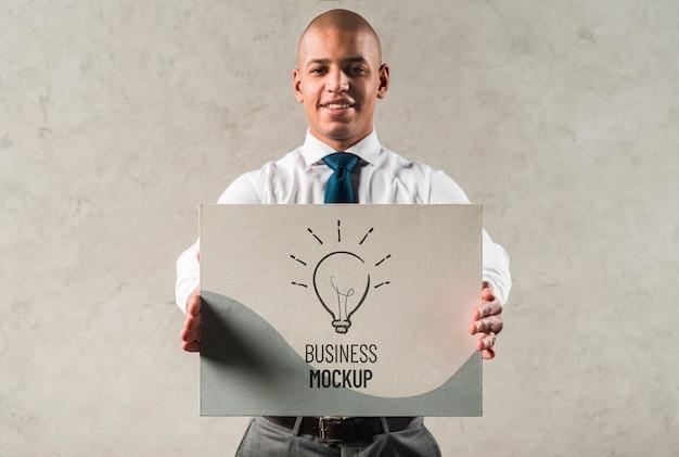 Medium shot smiley zakenman