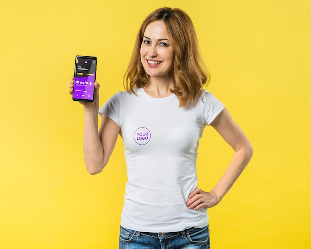 Medium shot van vrouw met een mobiele telefoon