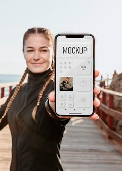 Medium shot vrouw met smartphone Gratis Psd
