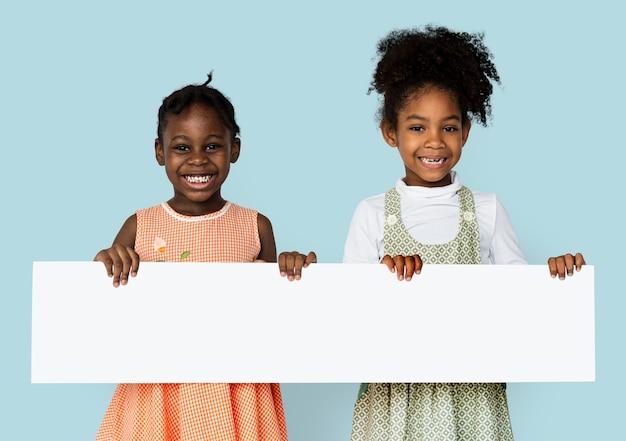 Meisje dat en leeg onderzoeksaanplakbiljet glimlacht houdt