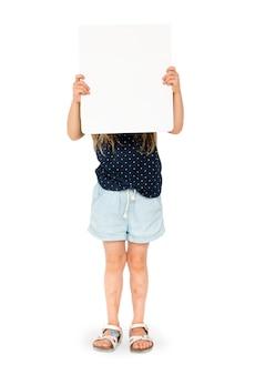 Meisje die leeg aanplakbiljet houden die haar gezicht behandelen