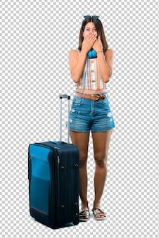Meisje die met haar koffer reizen die mond behandelen met beide handen voor iets inapp zeggen