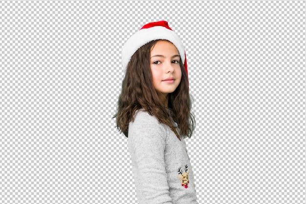 Meisje het vieren kerstmisdag kijkt opzij lachend, vrolijk en aangenaam.