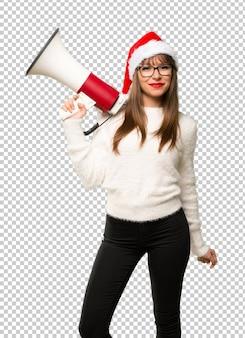 Meisje met het vieren van de kerstmisvakantie die een megafoon houdt