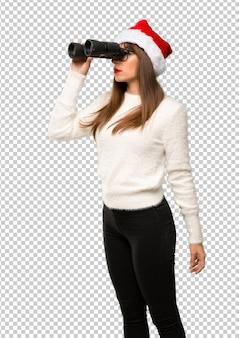 Meisje met het vieren van de kerstvakantie en op zoek naar iets in de verte