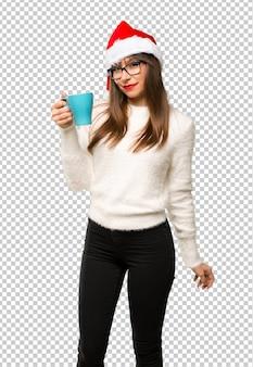 Meisje met het vieren van de kerstvakantie met warme koffie in afhaalmaaltijden papier beker