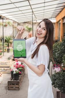Meisje met tablet-mockup met tuinieren concept