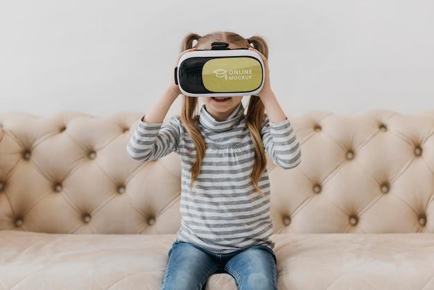 Meisje met virtual reality headset Gratis Psd