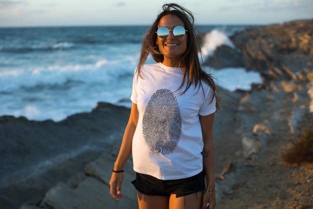 Meisje tegen het zee t-shirt mock-up