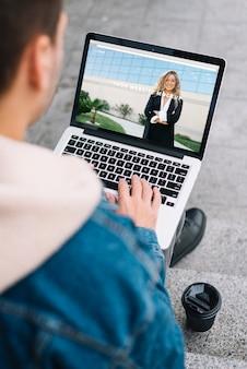 Mens die laptop model voorstelt