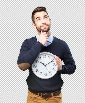 Mens die met een klok denkt