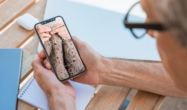 Mens die smartphonemodel bekijken