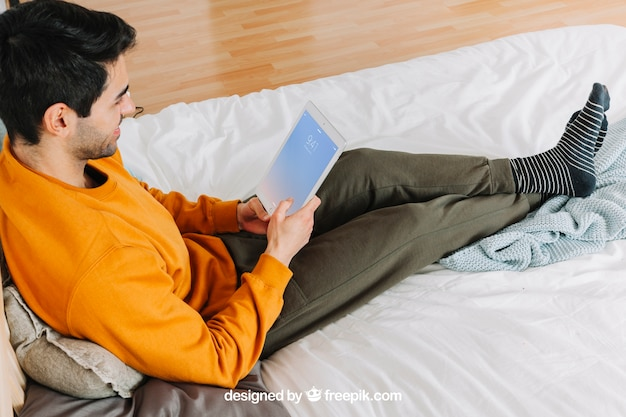 Mens die tablet thuis gebruikt