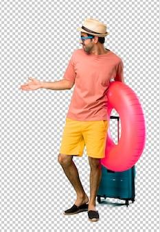 Mens met hoed en zonnebril op zijn handdruk van de de zomervakantie na goede overeenkomst