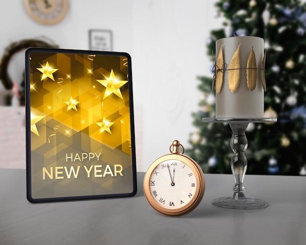 Mensaje de año nuevo en maqueta de tableta