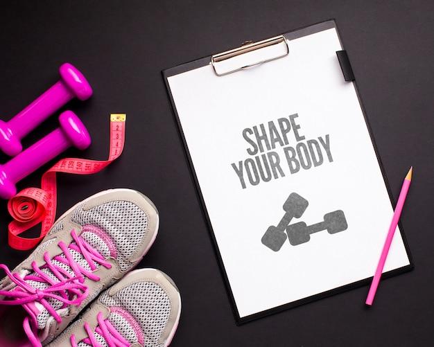 Mensaje motivacional y equipamiento deportivo al lado