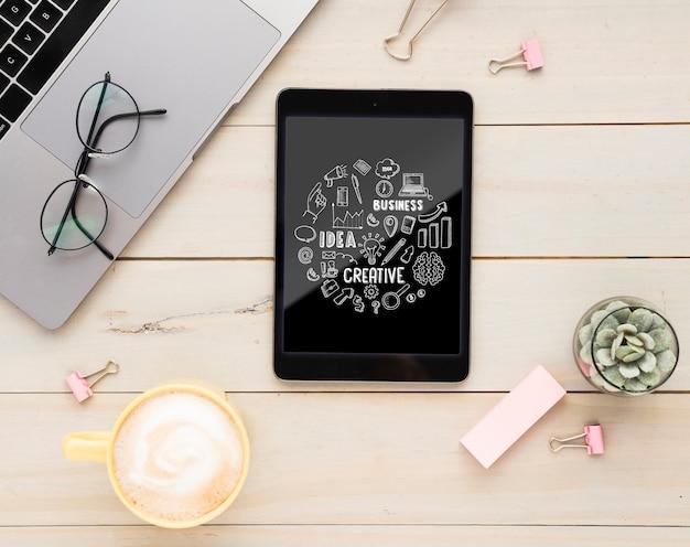 Mensaje positivo en maqueta de tableta