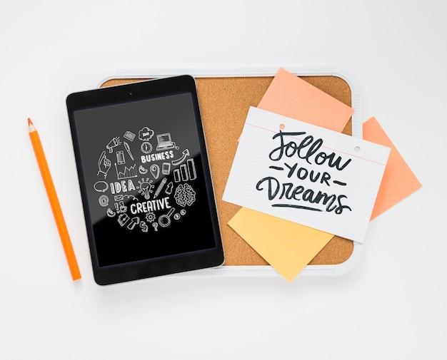Mensaje positivo en notas adhesivas en el escritorio