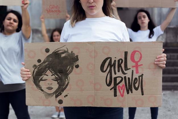 Mensaje en el tablero de dibujos animados para el día de la mujer
