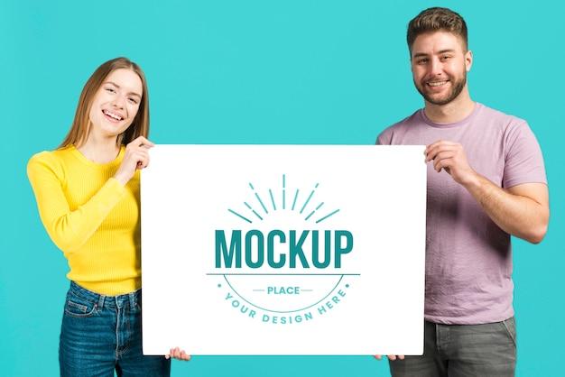 Mensen met een mock-upkaart voor briefpapier