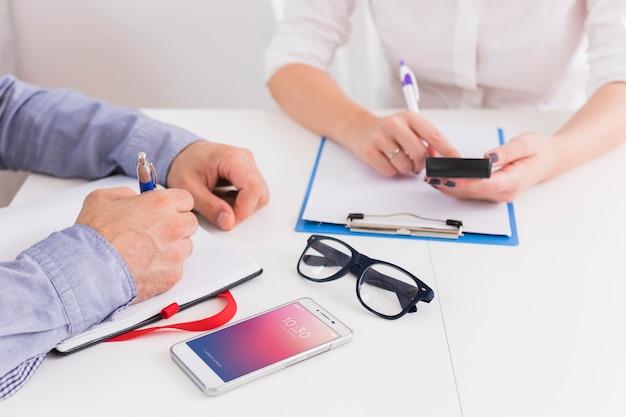 Mensen uit het bedrijfsleven schrijven op klembord