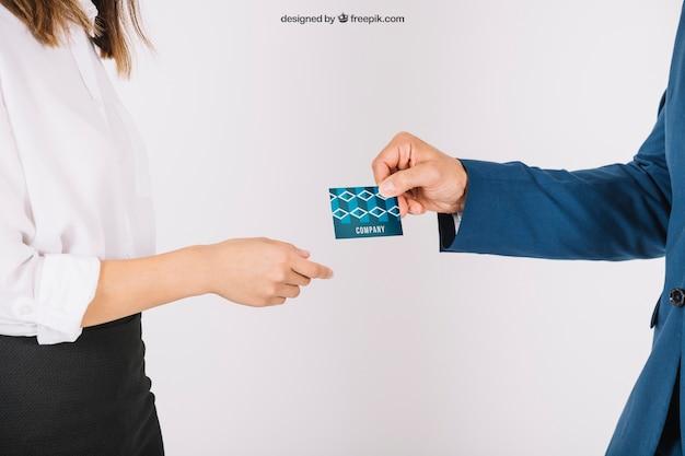 Mensen uit het bedrijfsleven uitwisselen visitekaartje