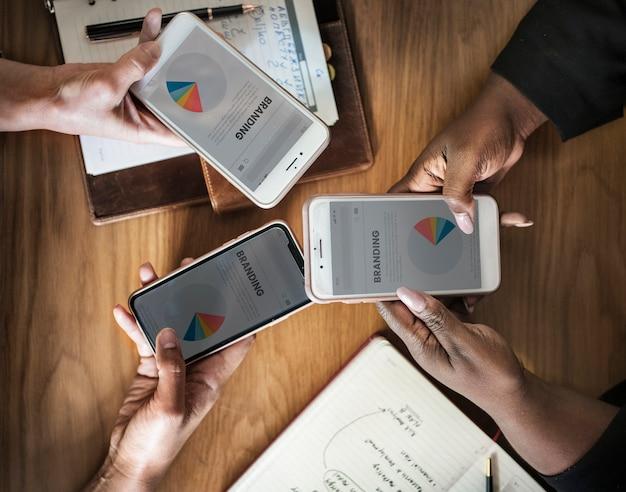 Mensen uit het bedrijfsleven werken aan een merkstrategie