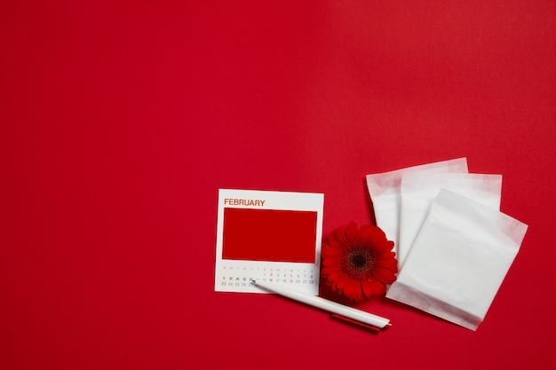 Menstruatiepads en rode bloem