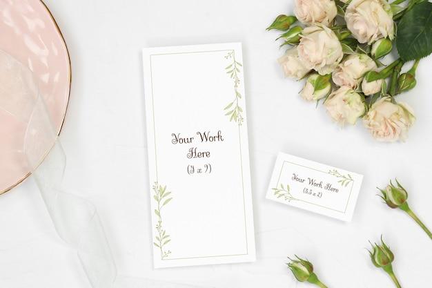 Menú de la boda de la maqueta y tarjeta de presentación sobre fondo blanco
