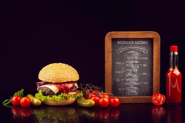 Menú de hamburguesas realista con verduras y salsa de tomate.