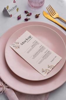 Menú de primavera con platos y cubiertos.