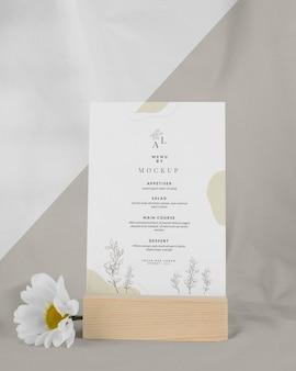 Menumodel met witte bloem