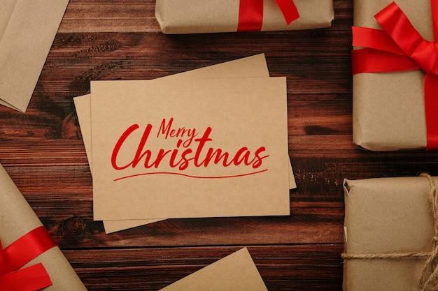 Merry christmas kraftpapier wenskaart mockup met kerstcadeaus decoraties