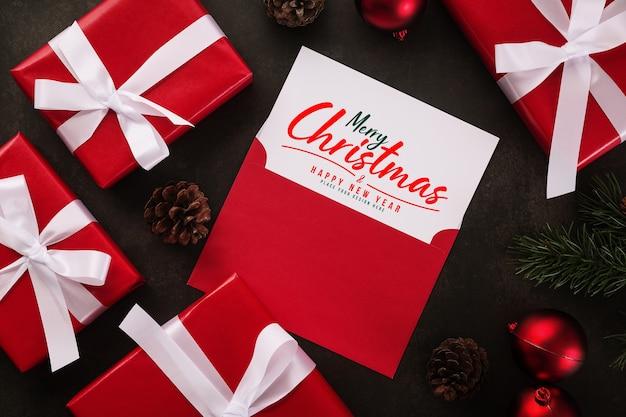 Merry christmas wenskaart en envelop mockup