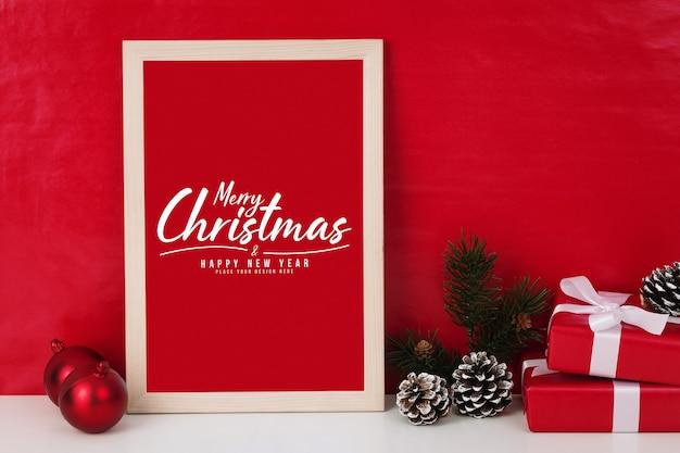 Merry christmas wenskaart in frame mockup met kerstcadeaus decoraties