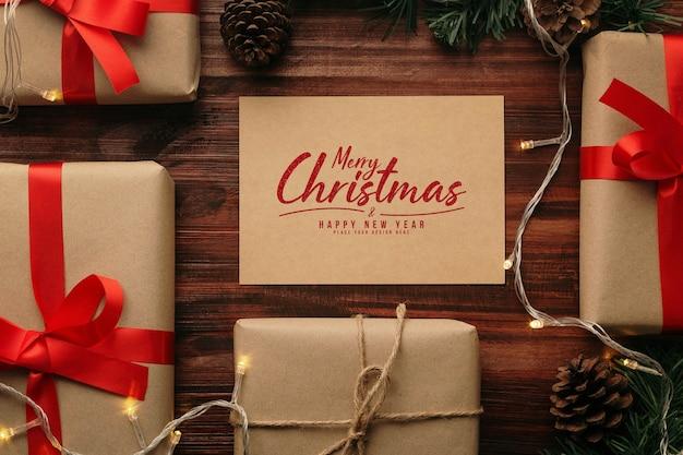 Merry christmas wenskaart mockup met kerstcadeaus decoraties