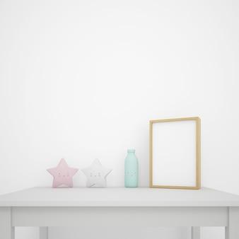 Mesa blanca decorada con objetos kawaii y marco de fotos, pared en blanco con copyspace