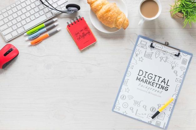 Mesa de café croissant y maqueta de cuaderno