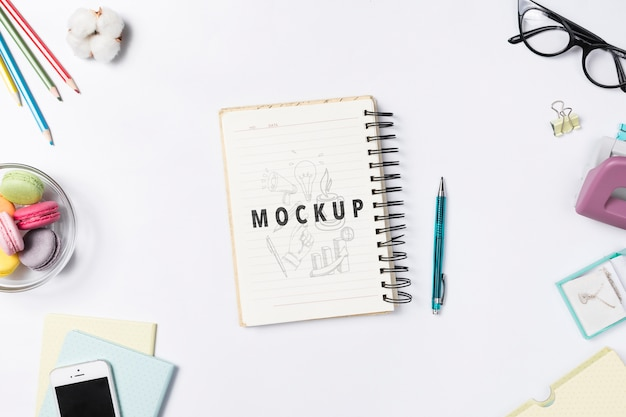 Mesa de escritorio con cuaderno para recordatorios de notas