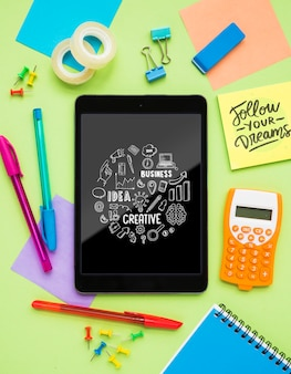 Messaggio creativo sul tablet sulla scrivania