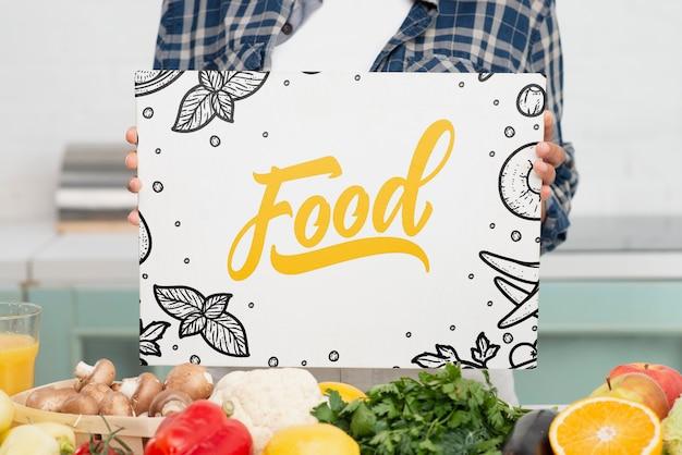 Messaggio dell'alimento del primo piano accanto alle verdure