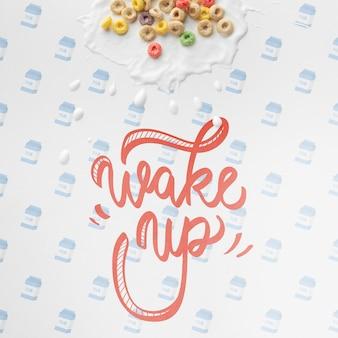 Messaggio di sveglia accanto a cereali sparsi sul tavolo