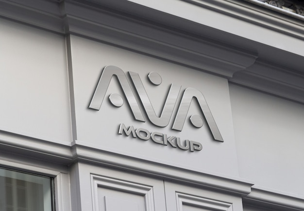 Metalen logo op de gevel van een winkel in straatmodel